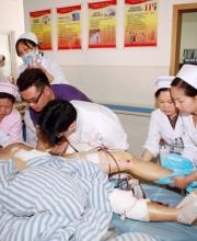 普外二科副主任医师李中福为伤员治疗