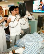 普外二科副主任医师李中福查看伤员CT