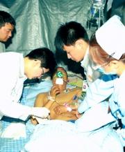 普外二科副主任医师李中福、急诊科护士刘作亚为伤员做治疗