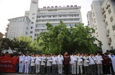 我院应急医疗救援队员为芦山地震遇难同胞默哀